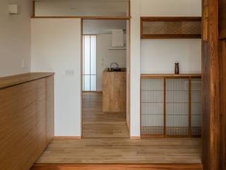 Asian style corridor, hallway & stairs by 内田雄介設計室 Asian