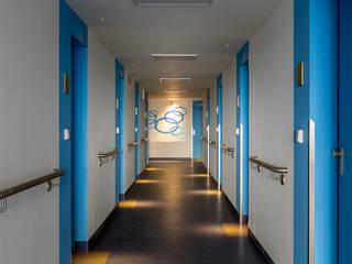Wohnhochhäuser Pirna | Licht Innenraum Ruairí O'Brien. LICHTDESIGN. Klassischer Flur, Diele & Treppenhaus