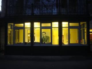 Erich Kästner Museum + Literaturhaus Villa Augustin | Innenraum Ruairí O'Brien. LICHTDESIGN. Moderne Fenster & Türen