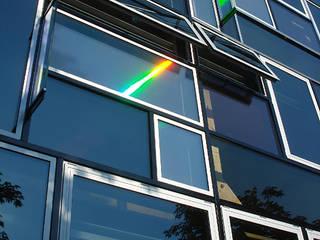 Hologrammfassade | Tages- und Kunstlicht Ruairí O'Brien. LICHTDESIGN. Moderne Fenster & Türen