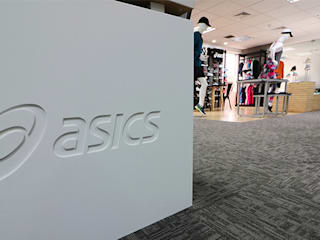 Asics - Oficinas y showroom: Oficinas y tiendas de estilo  por GA Experimental