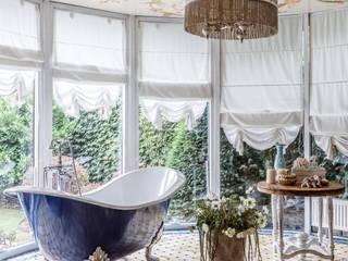 ванная с видом в сад: Ванные комнаты в . Автор – Студия дизайна Светланы Исаевой