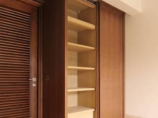 Lemari Pakaian:  Bedroom by ARF interior