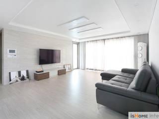 Salon moderne par 이즈홈 Moderne