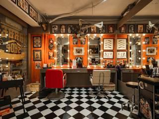 黑白磁磚地板與牆上的裝飾成強烈對比:  辦公空間與店舖 by On Designlab.ltd