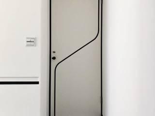 大門使用簡單的線條裝飾 On Designlab.ltd Inside doors