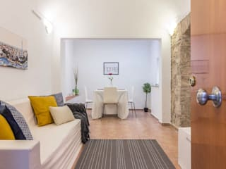 Home staging en un piso sin luz natural: Salones de estilo  de Impuls Home Staging en Barcelona