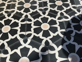 Cement tile- Ella hex ( black) de Maria Starling Design Moderno