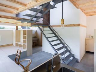 蛙股池の家: KOMATSU ARCHITECTSが手掛けた階段です。,