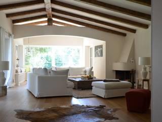 R32 Wohnzimmer im Landhausstil von arché techné néos Landhaus