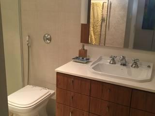 Reforma de apartamento - Grajau: Banheiros  por MSR Arquitetura