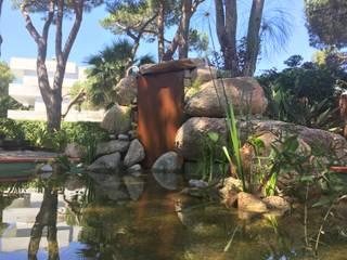 Estanque con cascada acer corten: Estanques de jardín de estilo  de Nosaltres Toquem Fusta S.L.