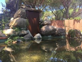 Estanque con cascada acer corten: Jardines de estilo  de Nosaltres Toquem Fusta S.L.