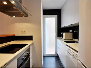Reforma integral de un piso en Barcelona por el estudio de arquitectura JSV: Cocinas integrales de estilo  de JSV-Architecture