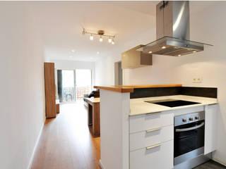 Reforma integral de un piso en Barcelona por el estudio de arquitectura JSV: Cocinas pequeñas de estilo  de JSV-Architecture