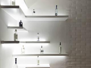 proyecto a-46 remodelación departamento en playa del carmen: Cavas de estilo  por Daniel Cota Arquitectura | Despacho de arquitectos | Cancún