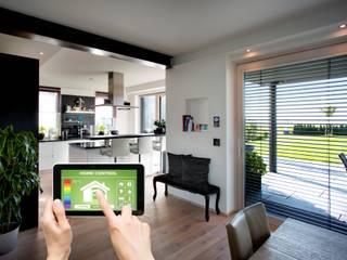Qualität und Sicherheit sind entscheidend:  Fenster und Haustüren für das Smart Home:  Wohnzimmer von Kneer GmbH, Fenster und Türen