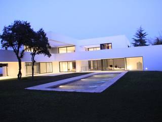 Construir vivienda unifamiliar en Madrid, arquitectura Piscinas de estilo minimalista de Otto Medem Arquitecto vanguardista en Madrid Minimalista
