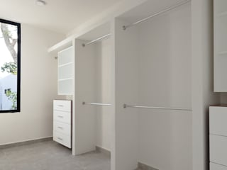 vestidor: Vestidores y closets de estilo  por Daniel Cota Arquitectura | Despacho de arquitectos | Cancún
