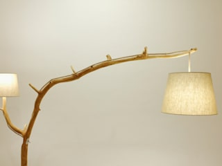 Floor lamp, lamp of weathered old Oak branch Meble Autorskie Jurkowski Vestíbulos, pasillos y escalerasIluminación Madera Beige