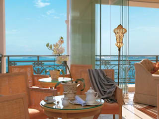 Soluzioni luminose SIRU per Eva Palace Grecotel Luxury Hotel Balcone, Veranda & Terrazza in stile eclettico di siru srl Eclettico