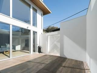Balcon, Veranda & Terrasse modernes par 株式会社横山浩介建築設計事務所 Moderne