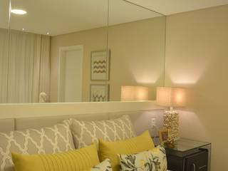 Quarto de Casal Apartamento de Praia contato: arquitetura@beecriativa.com.br: Quartos  por Bee Arquitetura Criativa