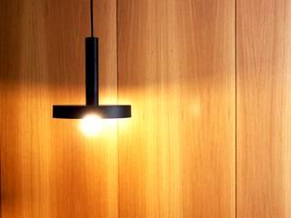 MIA arquitetos Vestíbulos, pasillos y escalerasIluminación Madera Acabado en madera