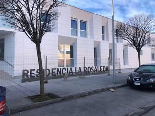 FACHADA VENTILADA Y DE COMPOSITE – RESIDENCIA LA ROSALEDA Casas de estilo moderno de Obras Amber Moderno