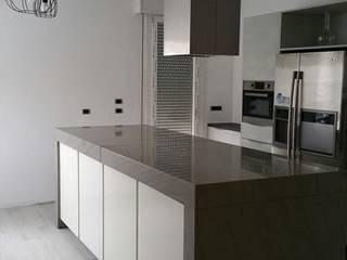 Realizzazione Cucina su misura: Cucina in stile  di Arredamenti Pjm- Hastens