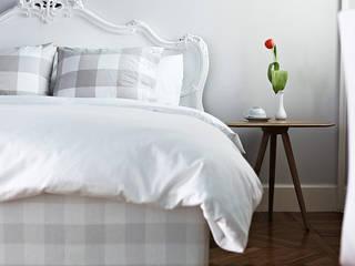 Arredamento B&B a Milano : Camera da letto piccola in stile  di Arredamenti Pjm- Hastens