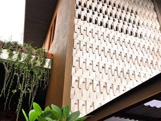 Cattleya Art Studio & Residence Dinding & Lantai Tropis Oleh Mandalananta Studio Tropis