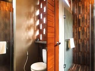 Kamar mandi bernafas Mandalananta Studio Kamar Mandi Tropis Batu Bata Amber/Gold