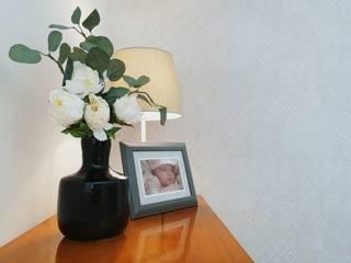 Papel de parede subtil e detalhes decorativos: Casa  por YS PROJECT DESIGN