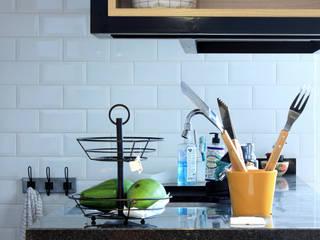 Cozinha Inovadora e Moderna: Armários e bancadas de cozinha  por Studio Elã