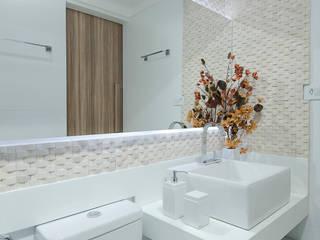 Banheiros: Banheiros  por Gleide Belfort interiores,Clássico