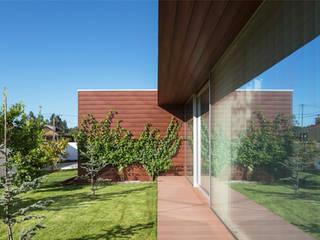 Jardines de estilo  por Jardins e Exteriores - Arthur Pereira - Arqto. Paisagista