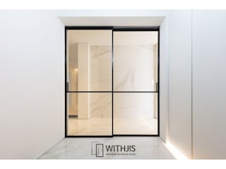 WITHJIS(위드지스) Pasillos, vestíbulos y escaleras de estilo moderno Aluminio/Cinc Negro