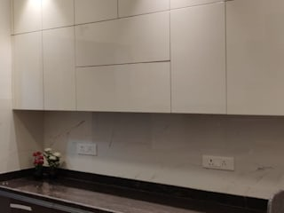 3BHK luxurious apartment with spacious terrace:  Kitchen by The D'zine Studio