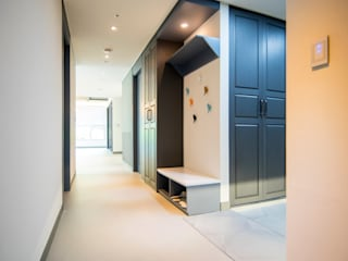 Modern Corridor, Hallway and Staircase by 제시카디자인그룹 Modern