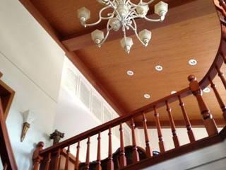 室內挑高:  樓梯 by 麥斯迪設計