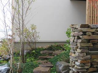 大津の庭: 株式会社 荒木造園設計が手掛けたアプローチです。