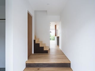 Eclectic style corridor, hallway & stairs by キリコ設計事務所 Eclectic