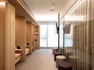 Cliniques de style  par  何侯設計   Ho + Hou Studio Architects , Moderne