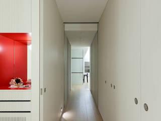 Pasillos, vestíbulos y escaleras modernos de 何侯設計 Ho + Hou Studio Architects Moderno