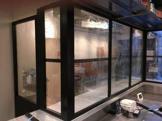 流れのある泡入りガラスの施工: 株式会社コダマガラスが手掛けた素朴なです。,ラスティック