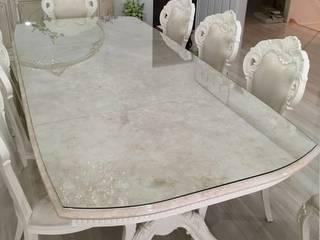 大理石のテーブルに強化ガラスのテーブルトップガラスを設置: 株式会社コダマガラスが手掛けたです。