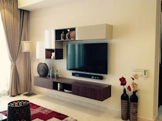 Residence @ Victory valley, Gurgaon:  Living room by INTROSPECS
