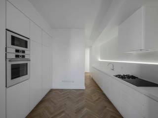 Apartamento Fontes Pereira de Melo: Cozinhas  por Silva Cravo Arquitectos