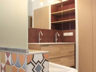 Rénovation d'une salle de bain colorée: Salle de bains de style  par Koya Architecture Intérieure